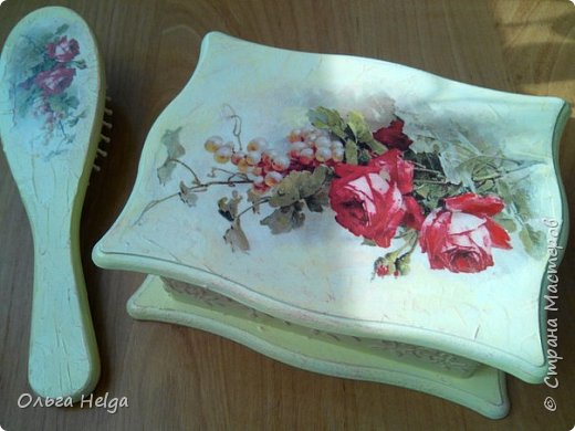 Доброго всем дня. Хочу показать сегодня комплект шкатулочку и расческу, заказали в подарок. Шкатулка мдф, сделан декупаж распечаткой, на боковинках и вокруг рисунка немного узора текстурной пастой. Картинка - прекрасные розы Catharina Klein. фото 2