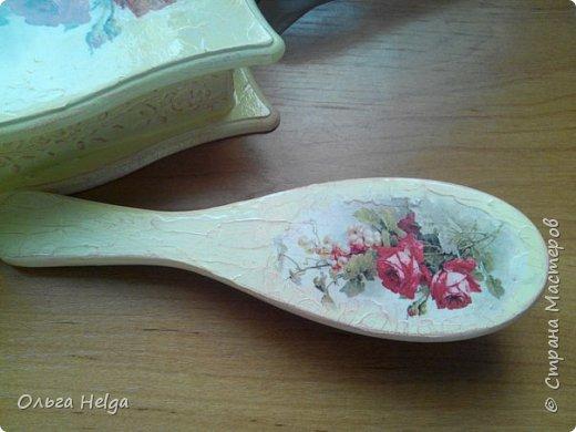 Доброго всем дня. Хочу показать сегодня комплект шкатулочку и расческу, заказали в подарок. Шкатулка мдф, сделан декупаж распечаткой, на боковинках и вокруг рисунка немного узора текстурной пастой. Картинка - прекрасные розы Catharina Klein. фото 3
