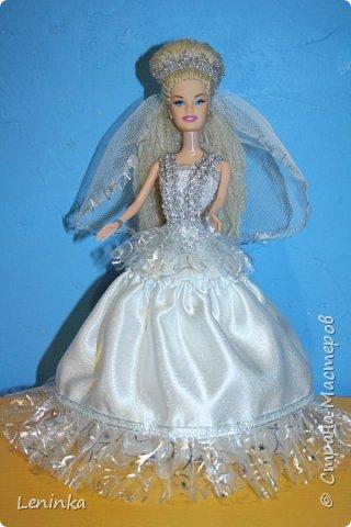 Вот такая невеста к меня получилась. Волосы - это капроновые нитки, пришлось прошивать головку кукле полностью, т.к дешовые куклы все лысые.В работе использовала атласные ленты, атласную ткань, капроновые ленты, сетку, кружево. фото 3