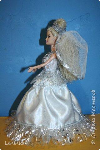 Вот такая невеста к меня получилась. Волосы - это капроновые нитки, пришлось прошивать головку кукле полностью, т.к дешовые куклы все лысые.В работе использовала атласные ленты, атласную ткань, капроновые ленты, сетку, кружево. фото 4