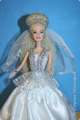 Вот такая невеста к меня получилась. Волосы - это капроновые нитки, пришлось прошивать головку кукле полностью, т.к дешовые куклы все лысые.В работе использовала атласные ленты, атласную ткань, капроновые ленты, сетку, кружево. фото 7