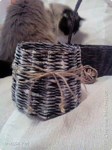 Мои первые работы... Плела из газетной бумаги. Первая малявка - плела без формы, просто попробовать плетение, а получилось оригинально, или мне так кажется, но все равно она у меня самая любимая... фото 2