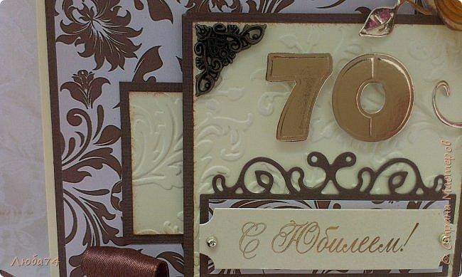 """Добрый день, жители Страны Мастеров! Сегодня у меня очередная, заказная мужская открытка к Юбилею 70 лет. Размер открытки 15х15 см. Основа картон пл. 230гр/м2 светло-желтого цвета,  кардсток текстурированный коричневый пл. 216 гр/м2 и распечатанный фон на принтере с коллекции """"за чашкой кофе"""". Также использовала вырубку, стразы, ленту атласную и капроновую, металлические уголки.  фото 7"""