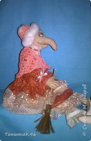 Добрый вечер, страна! Представляю вашему вниманию Бабу Ягу сшитую по МК Анастасии Голеневой. Увидела её на просторах страны и влюбилась. Наконец, мечта воплотилась, и у меня поселилась очаровательная бабуся.  фото 3