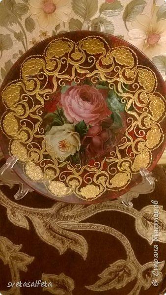 Обратный декупаж создание сложного фона кракелюром, роспись контуром и золотой краской на лицевой части тарелки фото 1