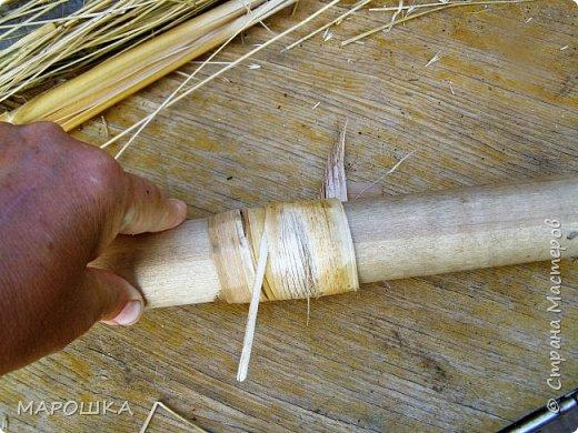 будем делать вот такую салфетку или подставку по горячее, понадобятся: рогоз (чакан), скалка, ножницы, нож фото 9
