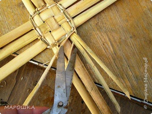 будем делать вот такую салфетку или подставку по горячее, понадобятся: рогоз (чакан), скалка, ножницы, нож фото 31