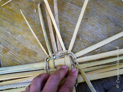 будем делать вот такую салфетку или подставку по горячее, понадобятся: рогоз (чакан), скалка, ножницы, нож фото 33