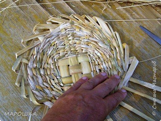 будем делать вот такую салфетку или подставку по горячее, понадобятся: рогоз (чакан), скалка, ножницы, нож фото 37