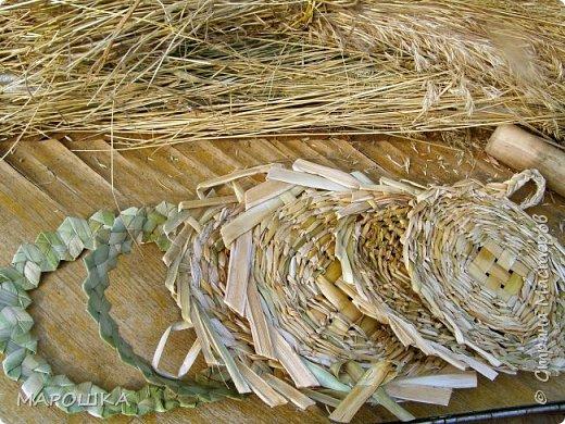 будем делать вот такую салфетку или подставку по горячее, понадобятся: рогоз (чакан), скалка, ножницы, нож фото 39