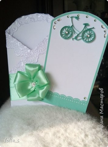 Здравствуйте! Представляю Вашему вниманию открытку-конвертик на рождение или крестины ребенка. Основа-картон белого цвета. Край обклеен кружевом. Перевязан атласной лентой и украшен бантом. Внутри есть место для денежного подарка и вкладыш для поздравления. На владыше сделан велосипед (такой был заказ) в технике квиллинг. фото 2
