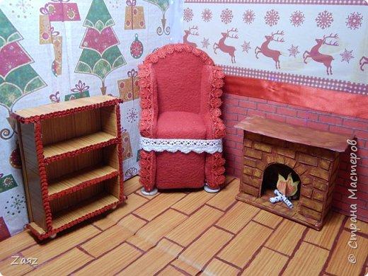 Всем привет) Да-да, мое новогоднее настроение еще не покинуло меня и я продолжаю делать эту комнату. Сегодня я покажу вам, как я сделала стеллаж для своей кукольной комнаты :3 Нам понадобится: Плотный картон; Клеящаяся клеенка; Клеевой пистолет или любой другой мощный клей; Крупные бусины (по желанию); Лента из пайеток (по желанию), вместо нее можно взять кружево или какую-нибудь красивую тесьму, это уже зависит от вашего вкуса. фото 1