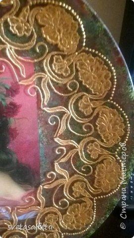 Обратный декупаж создание сложного фона кракелюром, роспись контуром и золотой краской на лицевой части тарелки фото 4