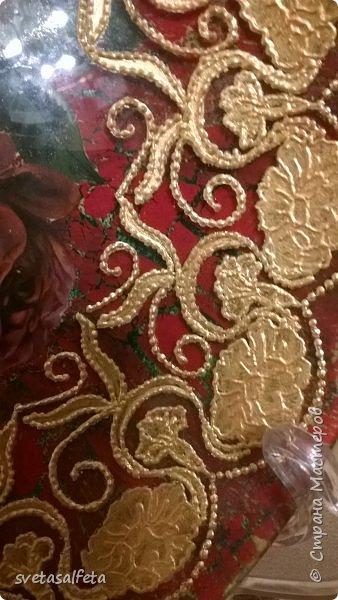 Обратный декупаж создание сложного фона кракелюром, роспись контуром и золотой краской на лицевой части тарелки фото 2