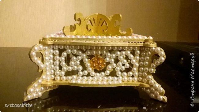Обратный декупаж создание сложного фона кракелюром, роспись контуром и золотой краской на лицевой части тарелки фото 15