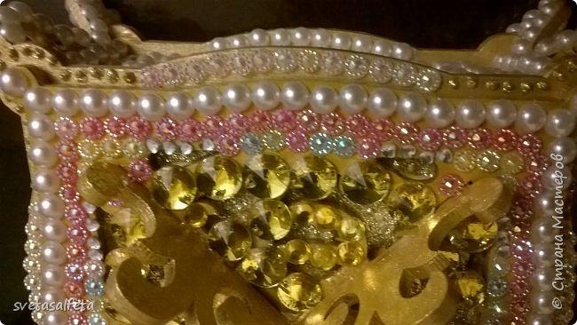 Обратный декупаж создание сложного фона кракелюром, роспись контуром и золотой краской на лицевой части тарелки фото 16