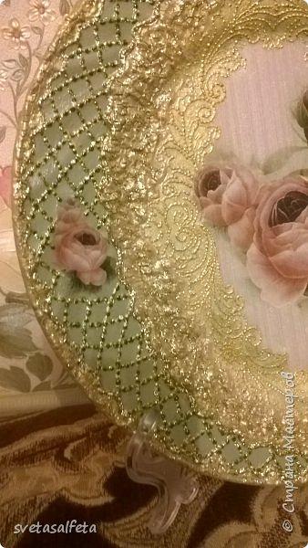 Обратный декупаж создание сложного фона кракелюром, роспись контуром и золотой краской на лицевой части тарелки фото 24