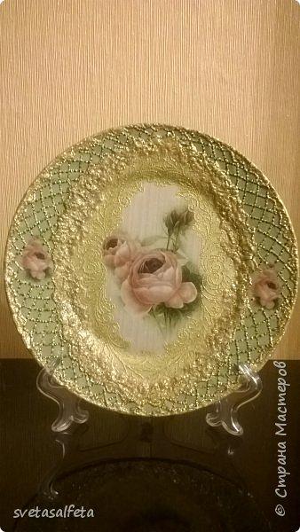 Обратный декупаж создание сложного фона кракелюром, роспись контуром и золотой краской на лицевой части тарелки фото 23