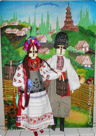 """Это моя работа на областной конкурс по изготовлению кукол-мотанок  """"Слобожанський хоровод"""", посвященный 25-й годовщине независимости Украины. Согласно условиям конкурса куклы должны крепиться на планшет размером 50х70 см. Рост кукол по 50 см. Куклы сделаны узелковым способом, то есть без применения иглы. Но главное условие, они должны быть в традиционных костюмах, присущих именно нашему Богодуховскому району. Для этого мною была проведены  этнографические исследования. Первоначально я дала объявление в районную газету с призывом к местному населению подключиться к данным исследованиям. фото 16"""