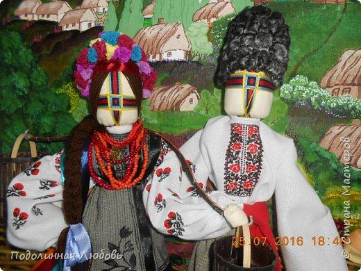"""Это моя работа на областной конкурс по изготовлению кукол-мотанок  """"Слобожанський хоровод"""", посвященный 25-й годовщине независимости Украины. Согласно условиям конкурса куклы должны крепиться на планшет размером 50х70 см. Рост кукол по 50 см. Куклы сделаны узелковым способом, то есть без применения иглы. Но главное условие, они должны быть в традиционных костюмах, присущих именно нашему Богодуховскому району. Для этого мною была проведены  этнографические исследования. Первоначально я дала объявление в районную газету с призывом к местному населению подключиться к данным исследованиям. фото 11"""