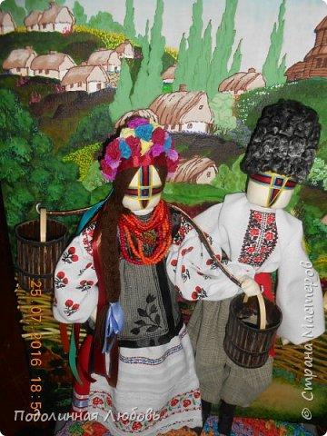 """Это моя работа на областной конкурс по изготовлению кукол-мотанок  """"Слобожанський хоровод"""", посвященный 25-й годовщине независимости Украины. Согласно условиям конкурса куклы должны крепиться на планшет размером 50х70 см. Рост кукол по 50 см. Куклы сделаны узелковым способом, то есть без применения иглы. Но главное условие, они должны быть в традиционных костюмах, присущих именно нашему Богодуховскому району. Для этого мною была проведены  этнографические исследования. Первоначально я дала объявление в районную газету с призывом к местному населению подключиться к данным исследованиям. фото 12"""