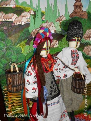 """Это моя работа на областной конкурс по изготовлению кукол-мотанок  """"Слобожанський хоровод"""", посвященный 25-й годовщине независимости Украины. Согласно условиям конкурса куклы должны крепиться на планшет размером 50х70 см. Рост кукол по 50 см. Куклы сделаны узелковым способом, то есть без применения иглы. Но главное условие, они должны быть в традиционных костюмах, присущих именно нашему Богодуховскому району. Для этого мною была проведены  этнографические исследования. Первоначально я дала объявление в районную газету с призывом к местному населению подключиться к данным исследованиям. фото 14"""