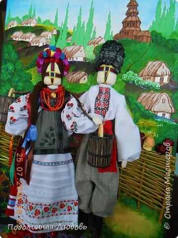 """Это моя работа на областной конкурс по изготовлению кукол-мотанок  """"Слобожанський хоровод"""", посвященный 25-й годовщине независимости Украины. Согласно условиям конкурса куклы должны крепиться на планшет размером 50х70 см. Рост кукол по 50 см. Куклы сделаны узелковым способом, то есть без применения иглы. Но главное условие, они должны быть в традиционных костюмах, присущих именно нашему Богодуховскому району. Для этого мною была проведены  этнографические исследования. Первоначально я дала объявление в районную газету с призывом к местному населению подключиться к данным исследованиям. фото 15"""
