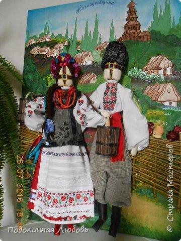 """Это моя работа на областной конкурс по изготовлению кукол-мотанок  """"Слобожанський хоровод"""", посвященный 25-й годовщине независимости Украины. Согласно условиям конкурса куклы должны крепиться на планшет размером 50х70 см. Рост кукол по 50 см. Куклы сделаны узелковым способом, то есть без применения иглы. Но главное условие, они должны быть в традиционных костюмах, присущих именно нашему Богодуховскому району. Для этого мною была проведены  этнографические исследования. Первоначально я дала объявление в районную газету с призывом к местному населению подключиться к данным исследованиям. фото 13"""