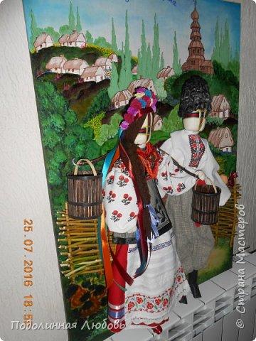 """Это моя работа на областной конкурс по изготовлению кукол-мотанок  """"Слобожанський хоровод"""", посвященный 25-й годовщине независимости Украины. Согласно условиям конкурса куклы должны крепиться на планшет размером 50х70 см. Рост кукол по 50 см. Куклы сделаны узелковым способом, то есть без применения иглы. Но главное условие, они должны быть в традиционных костюмах, присущих именно нашему Богодуховскому району. Для этого мною была проведены  этнографические исследования. Первоначально я дала объявление в районную газету с призывом к местному населению подключиться к данным исследованиям. фото 2"""