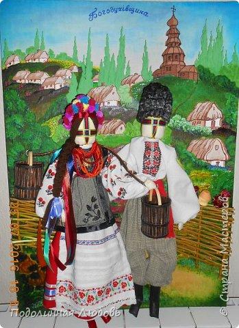 """Это моя работа на областной конкурс по изготовлению кукол-мотанок  """"Слобожанський хоровод"""", посвященный 25-й годовщине независимости Украины. Согласно условиям конкурса куклы должны крепиться на планшет размером 50х70 см. Рост кукол по 50 см. Куклы сделаны узелковым способом, то есть без применения иглы. Но главное условие, они должны быть в традиционных костюмах, присущих именно нашему Богодуховскому району. Для этого мною была проведены  этнографические исследования. Первоначально я дала объявление в районную газету с призывом к местному населению подключиться к данным исследованиям."""