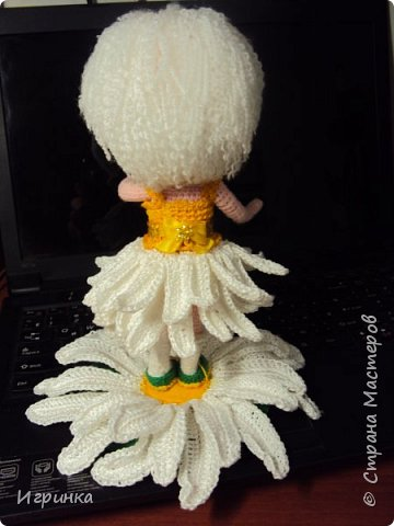 Здравствуйте! По МК Анечки Садовской связала куколку девочку-ромашку, 20 см ростиком, на каркасе. фото 3