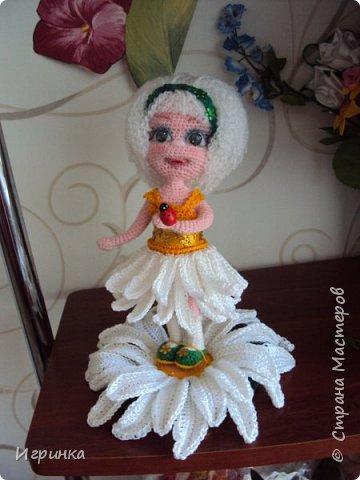 Здравствуйте! По МК Анечки Садовской связала куколку девочку-ромашку, 20 см ростиком, на каркасе. фото 6