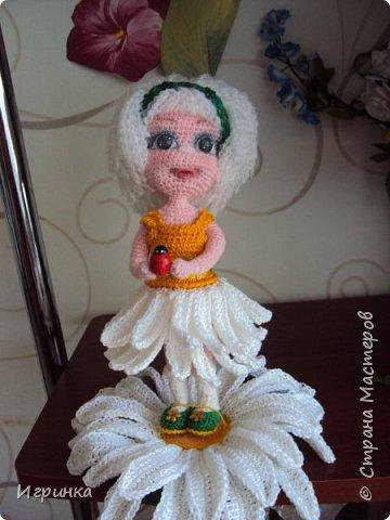 Здравствуйте! По МК Анечки Садовской связала куколку девочку-ромашку, 20 см ростиком, на каркасе. фото 7