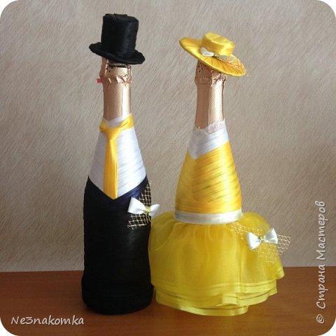 Уж не знаю что со мной .... Но когда катастрофически не хватает времени - очень хочется заниматься творчеством.... Ранее я украшала бутылочки . Впервые попробовала на свою свадьбу, а потом украсила для коллеги .  Впервые сшила для медицинского работника .... А тут захотелось просто - без повода ..., фото 1