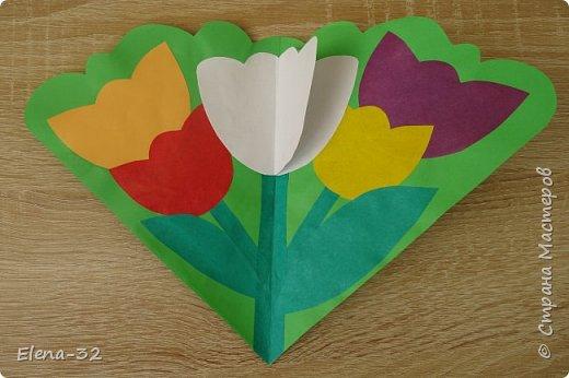 Идею этой открытки я увидела на просторах Интернета. К празднику 8 марта дети сделали подарок своим любимым мамам, бабушкам, сестрам. Изготовление открытки заняло у некоторых ребят чуть более 40 минут урока, но справились все! фото 2