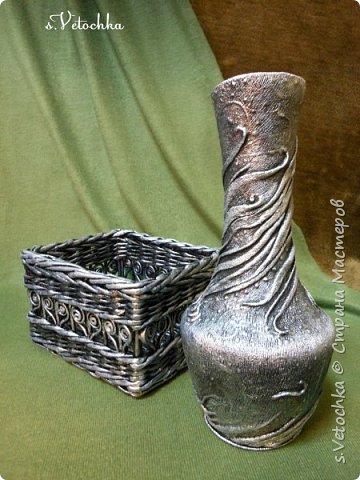Попробовала придать предметам металлический вид. В дело пошел старый пластмассовый кувшин и плетеная из газет коробка.  фото 1