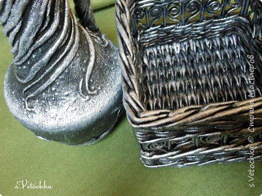 Попробовала придать предметам металлический вид. В дело пошел старый пластмассовый кувшин и плетеная из газет коробка.  фото 4