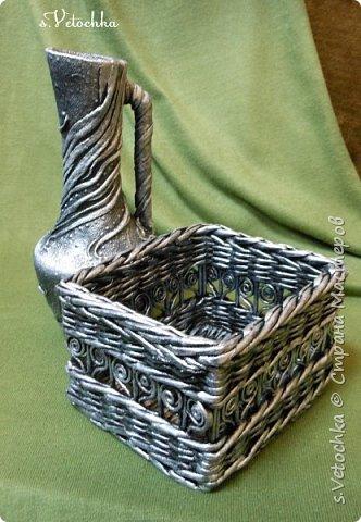 Попробовала придать предметам металлический вид. В дело пошел старый пластмассовый кувшин и плетеная из газет коробка.  фото 5