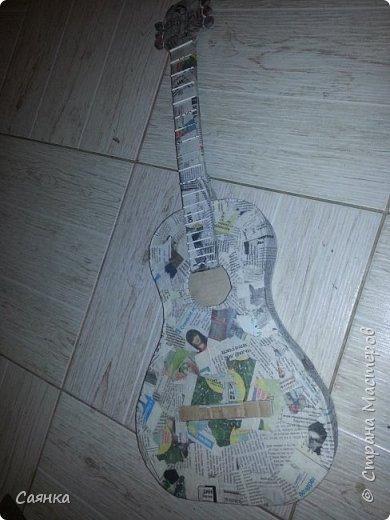 Гитара изготовлена на подарок для музыканта, мастер класса не нашла, поэтому решила поделиться с вами, может кому-то пригодиться. Основа из картона обклеенная газетами, украшена салфеточными жгутиками, покрашена колер бронзовый порошок  и лак акриловый. фото 4