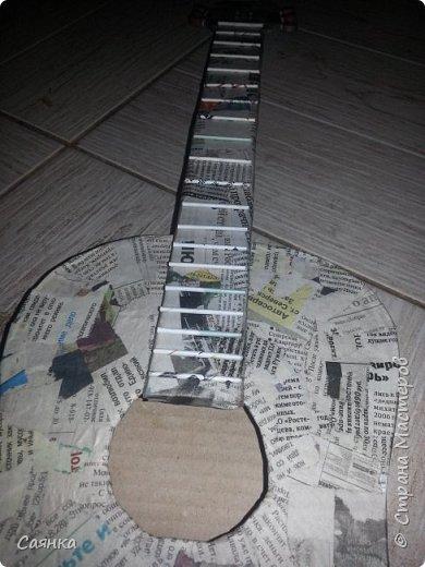 Гитара изготовлена на подарок для музыканта, мастер класса не нашла, поэтому решила поделиться с вами, может кому-то пригодиться. Основа из картона обклеенная газетами, украшена салфеточными жгутиками, покрашена колер бронзовый порошок  и лак акриловый. фото 8