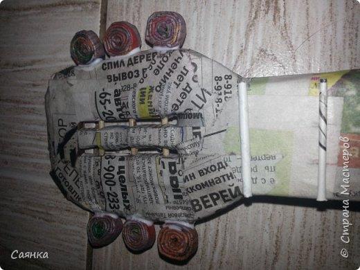 Гитара изготовлена на подарок для музыканта, мастер класса не нашла, поэтому решила поделиться с вами, может кому-то пригодиться. Основа из картона обклеенная газетами, украшена салфеточными жгутиками, покрашена колер бронзовый порошок  и лак акриловый. фото 9