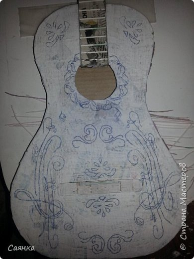 Гитара изготовлена на подарок для музыканта, мастер класса не нашла, поэтому решила поделиться с вами, может кому-то пригодиться. Основа из картона обклеенная газетами, украшена салфеточными жгутиками, покрашена колер бронзовый порошок  и лак акриловый. фото 12
