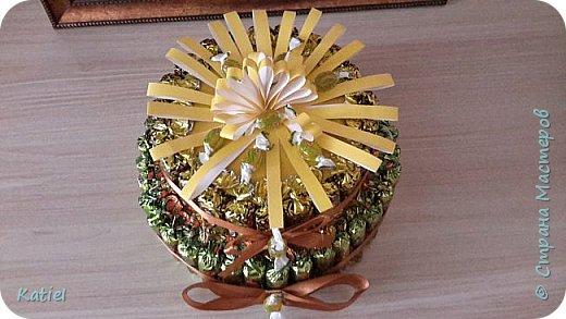 На работу для поощрения сотрудников делала 2 тортика из конфет. Внутри 1 слоя карамель сосательная. Тортики похожи, но немного отличаются. фото 4