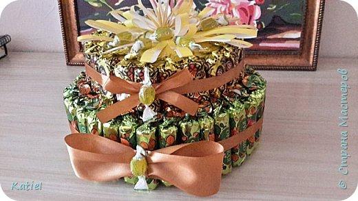 На работу для поощрения сотрудников делала 2 тортика из конфет. Внутри 1 слоя карамель сосательная. Тортики похожи, но немного отличаются. фото 3