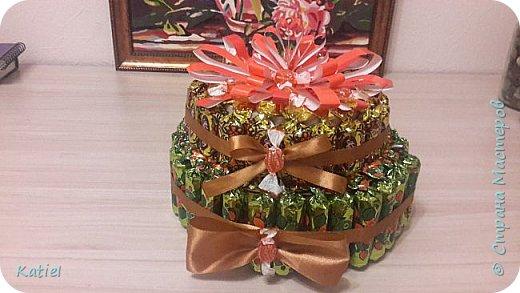 На работу для поощрения сотрудников делала 2 тортика из конфет. Внутри 1 слоя карамель сосательная. Тортики похожи, но немного отличаются. фото 2