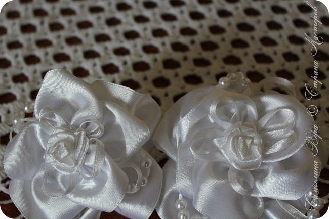 Белые банты в виде роз. Цена: 300 рублей (две штуки) фото 1