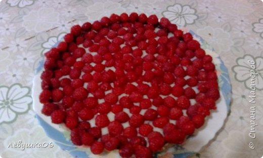 Добрый день, эта неделя у нас получилась фруктово-ягодной. Пользуемся пока есть свежие ягодки)  Тарт с заварным кремом и ягодами  Продукты:  Тесто: 250 г муки 120 г масла 80 г сахарной пудры 1 яйцо + 1 ст. л. воды Крем: 300 мл молока 100 г сахара 100 г масла 50 г муки 2 желтка 1 п. ванильного сахара (10 г) Также: 300-400 г малины (или клубники, голубики) 50 г шоколада + 2 ст. л. молока (шоколад любой по вкусу)  Приготовление:  1. Готовим тесто.  Мягкое сливочное масло хорошо растереть с сахарной пудрой. 2. Добавить яйцо и ложку холодной воды .  Хорошо перемешать. 3. Постепенно всыпать муку, хорошо вымешивая ложкой. 4. Подготовить форму, я использовала форму диаметром 22 см. Переложить тесто и разровнять его руками по дну, также необходимо сформировать бортики.  Поставить в холодильник минимум на 30-40 минут. 5. Готовим крем.  Желтки, сахар, ванильный сахар, муку и примерно треть молока хорошо перемешать венчиком до однородности. 6. Остальное молоко налить в кастрюльку с толстым дном(!), нагреть до горячего состояния.  Добавить желтковую массу, хорошо перемешать. 7. Варить при постоянном помешивании на небольшом огне до загустения, крем получается очень густой. 8. Снять с огня, слегка остудить.  Добавить масло, порезанное кусочками, хорошо перемешать, чтобы масло растаяло и объединилось с кремом.  Готовый крем полностью остудить. 9. Форму с тестом вынуть из холодильника, наколоть в нескольких местах вилкой.  Застелить пергаментной бумагой  Высыпать груз, чтобы по высоте он перекрывал и бортики тоже. Обычно для этой цели используется фасоль или горох, или что-то подобное. Это нужно для того, чтобы тесто при выпечке не вздувалось и бортики не сползли. 10. Поставить в предварительно разогретую до 200 градусов духовку на 20-30 минут, затем груз с бумагой снять и печь еще 5-7 минут.  Готовый корж полностью остудить. 11. Шоколад и молоко растопить в однородную смесь на водяной бане или в микроволновке (я растапливаю в микроволновке). 12. Смазать корж с помощью кисточки шок
