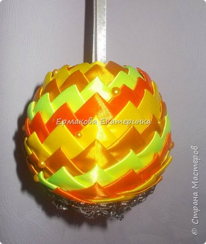 Вот такой шарик мы сегодня сделаем.Принцип изготовления такой же как и в голубом фото 1