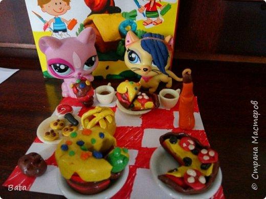Эта работа моей 10-тилетней дочери Софии. На столе у нас получились: пицца, тортик с разноцветной глазурью, хлебный батончик, мороженое и, конечно, ароматный цветочный чай.