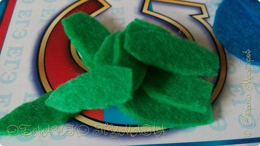 Всем Привет! Я к вам сегодня пришла вот с такой брошечкой. Делается она просто и довольно-таки быстро. Надеюсь, вам пригодится мой мастер-класс, и ваша коллекция пополнится еще одной брошкой. И так, приступаем! Мне потребовались следующие материалы: - Фетр голубой и зеленый - Проволока для бисера - Фом голубой и белый - Пастель для тонировки фома - Флористическая лента зеленого цвета - Контуры по ткани для декора -Бусинки для тельца бабочки и бисер для украшения ягод. - Немного ваты или другого наполнителя - Клей момент кристалл  фото 7
